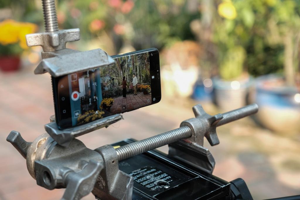 Victor Vu dung 18 smartphone quay phim ngan 'Dem yeu thuong ve don Tet' hinh anh 2
