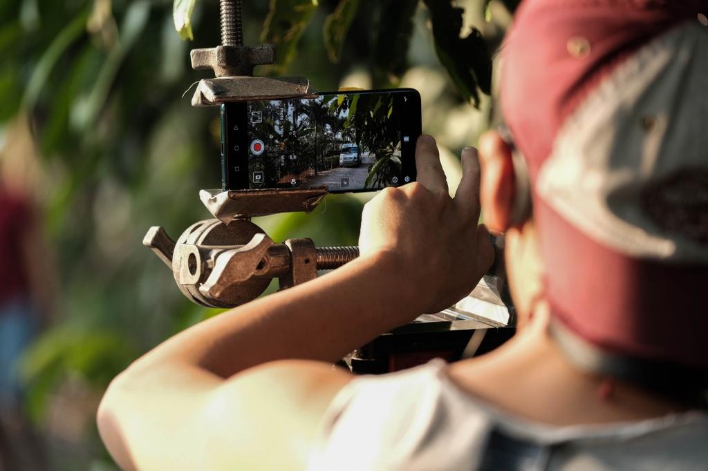 Victor Vu dung 18 smartphone quay phim ngan 'Dem yeu thuong ve don Tet' hinh anh 3