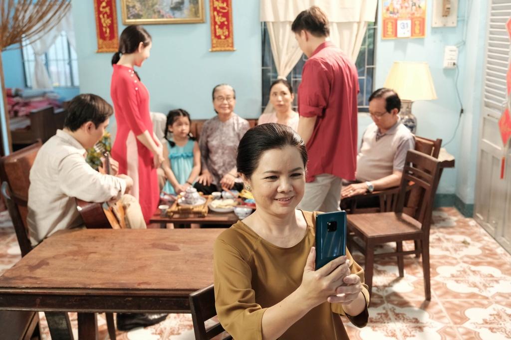Victor Vu dung 18 smartphone quay phim ngan 'Dem yeu thuong ve don Tet' hinh anh 4