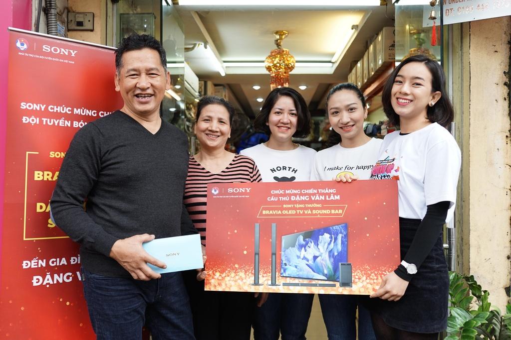 Gia dinh Van Lam, Cong Phuong nhan qua Tet som tu Sony hinh anh 1