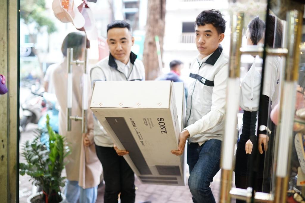 Gia dinh Van Lam, Cong Phuong nhan qua Tet som tu Sony hinh anh 2