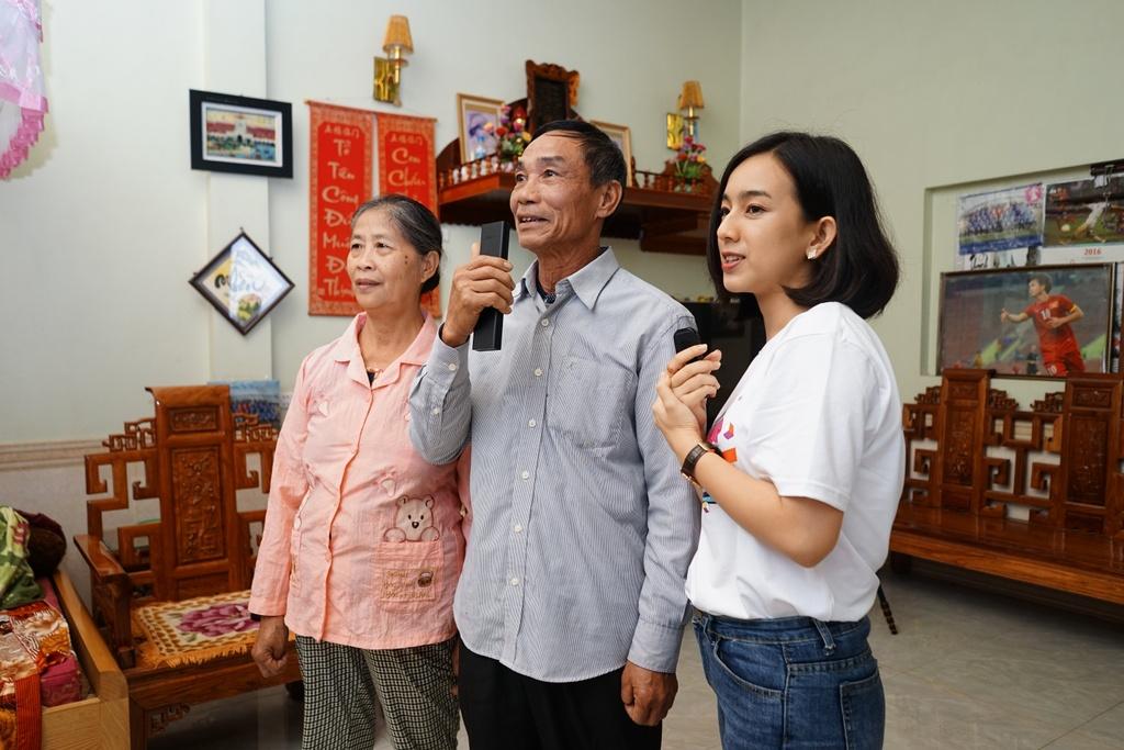 Gia dinh Van Lam, Cong Phuong nhan qua Tet som tu Sony hinh anh 5