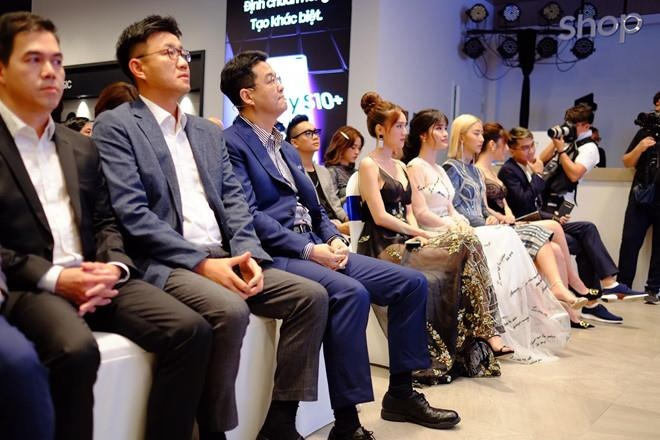 Dong Nhi, PewPew hao hung trai nghiem cong nghe tai Samsung Showcase hinh anh 8