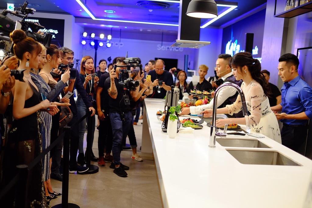 Dong Nhi, PewPew hao hung trai nghiem cong nghe tai Samsung Showcase hinh anh 1