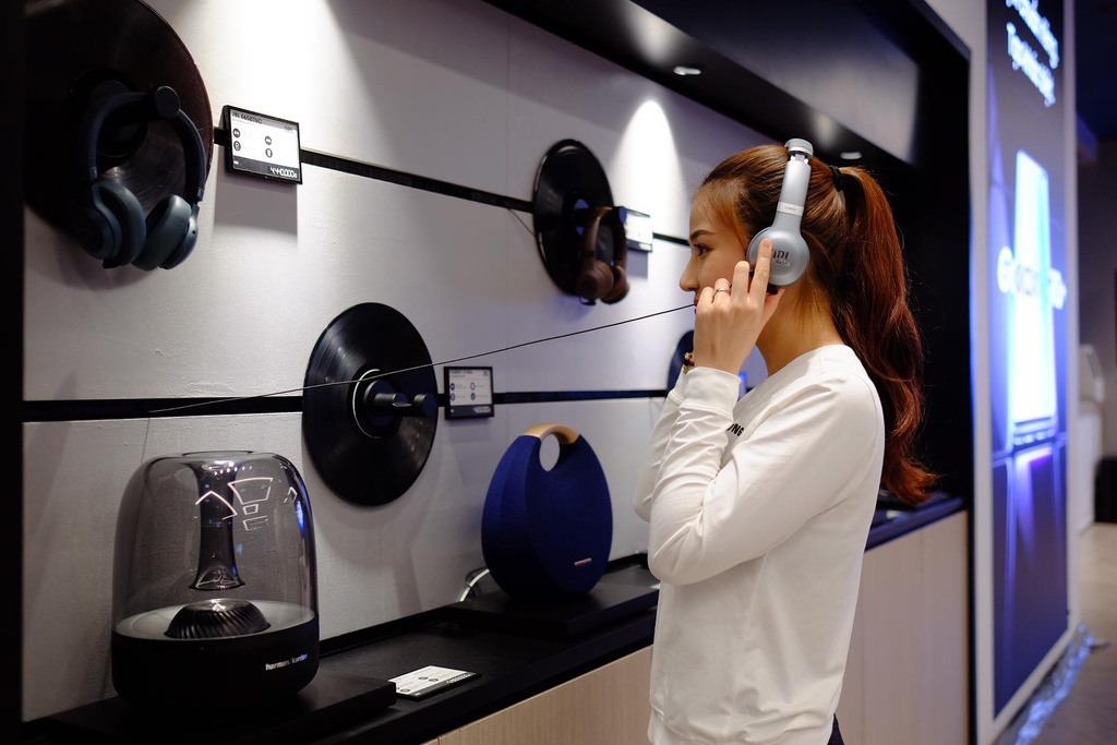 Dong Nhi, PewPew hao hung trai nghiem cong nghe tai Samsung Showcase hinh anh 10