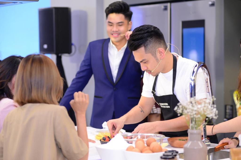 Chef Si Toan tro tai lam banh tai bep thong minh cua Samsung Showcase hinh anh 7