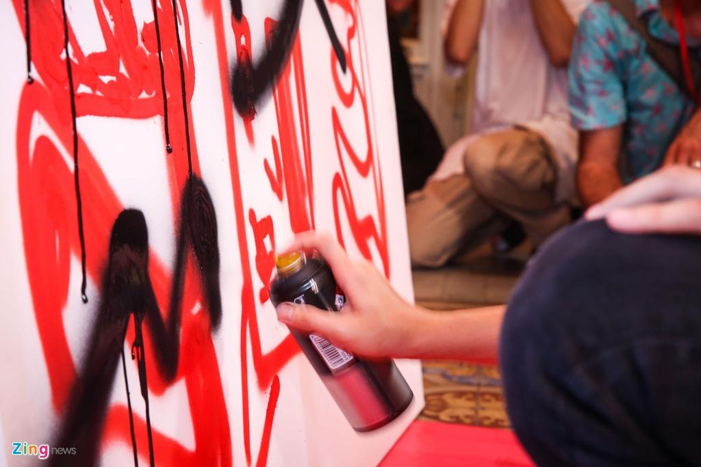 MC Thuy Minh cung gioi tre thao luan soi noi ve graffiti va EDM hinh anh 5