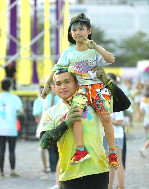 Omo X Color Me Run - chang duong 'Lam ban dieu ky' cua cac gia dinh hinh anh 9
