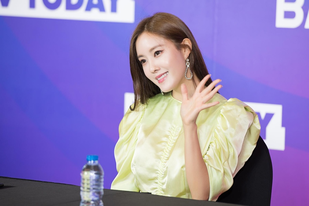 Hyomin lien tuc high-five, Kim Jaejong ru nguoi ham mo Viet selfie hinh anh 1