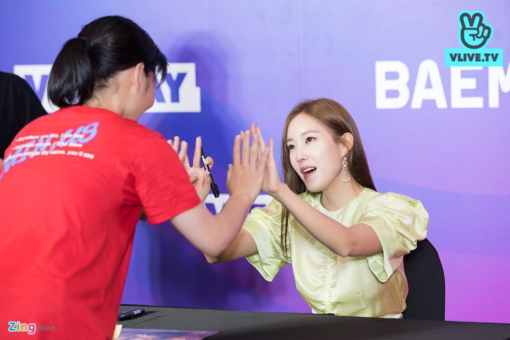 Hyomin lien tuc high-five, Kim Jaejong ru nguoi ham mo Viet selfie hinh anh 2