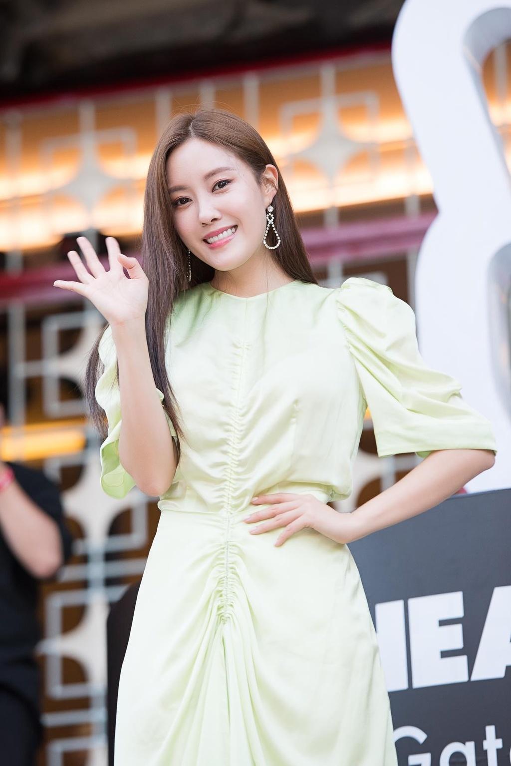 Hyomin lien tuc high-five, Kim Jaejong ru nguoi ham mo Viet selfie hinh anh 4