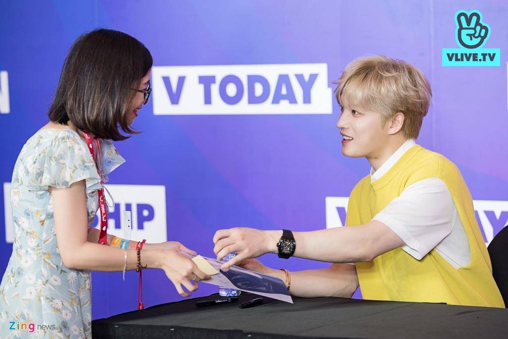 Hyomin lien tuc high-five, Kim Jaejong ru nguoi ham mo Viet selfie hinh anh 6