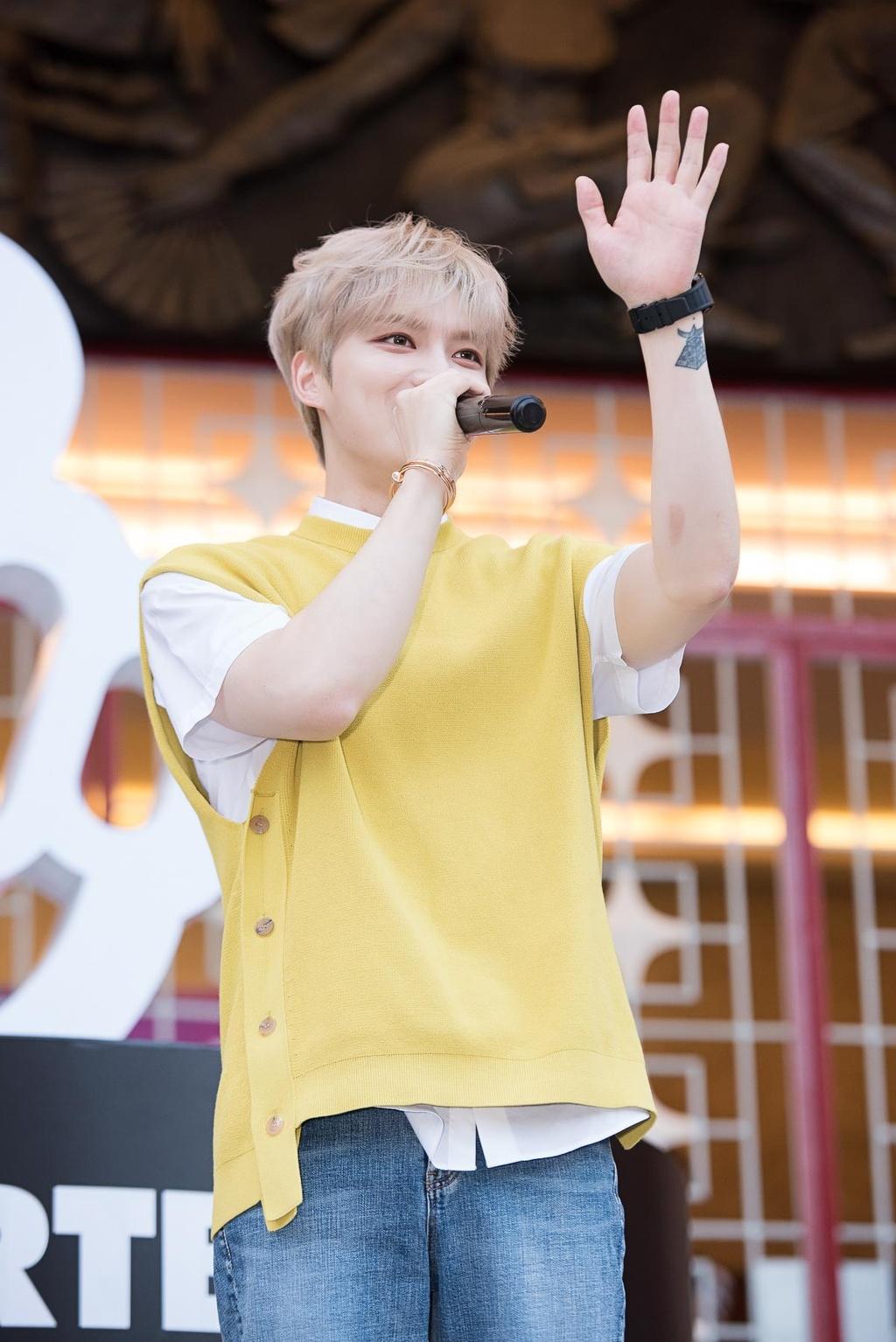 Hyomin lien tuc high-five, Kim Jaejong ru nguoi ham mo Viet selfie hinh anh 7