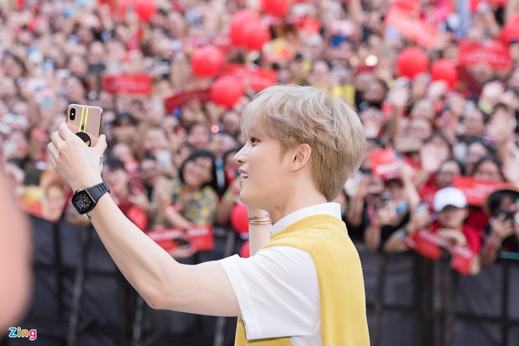 Hyomin lien tuc high-five, Kim Jaejong ru nguoi ham mo Viet selfie hinh anh 9