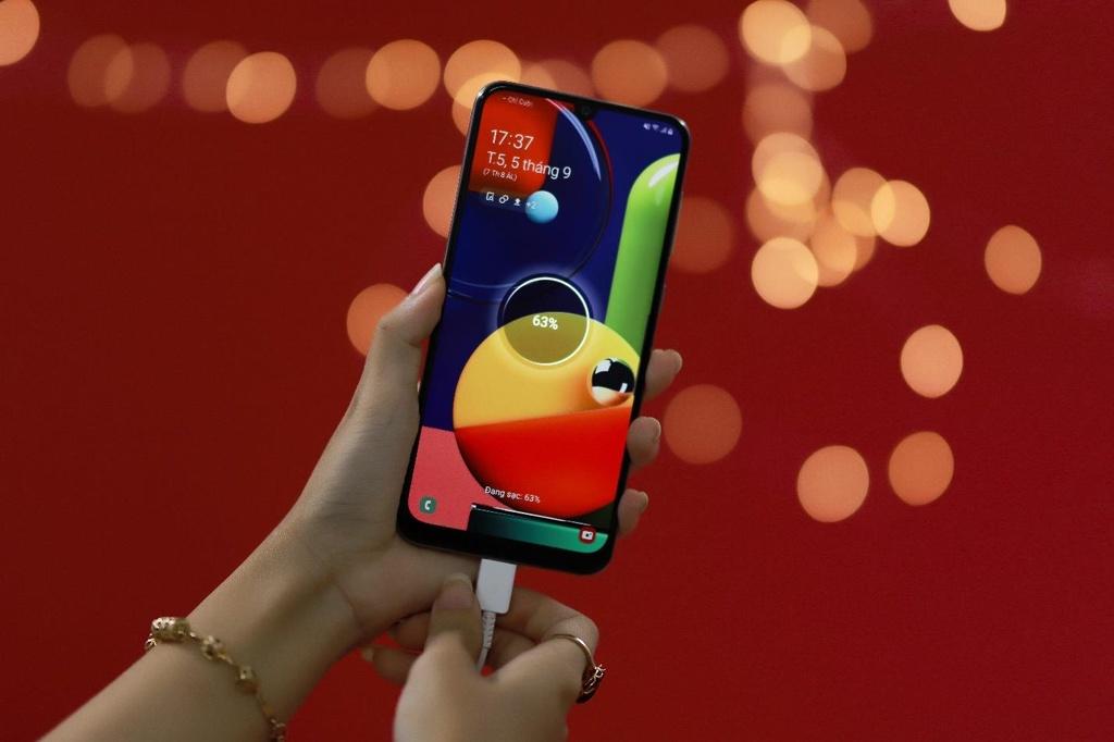 Galaxy A50s sac nhanh 10 phut co 10 gio nghe nhac, camera truoc 32 MP hinh anh 3
