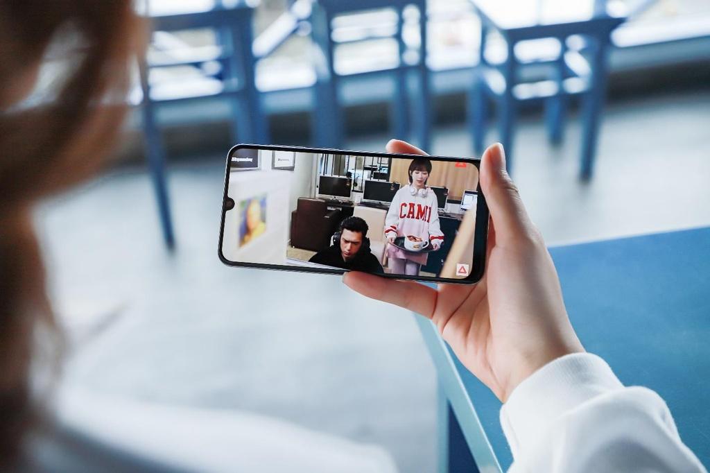 Galaxy A50s sac nhanh 10 phut co 10 gio nghe nhac, camera truoc 32 MP hinh anh 4