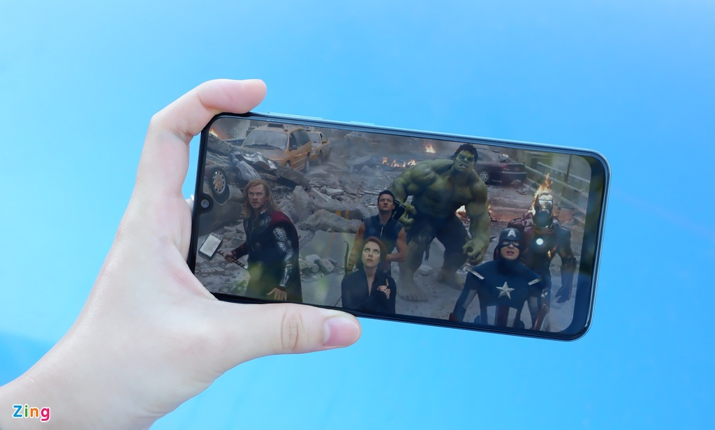 Xem tron bo 'Avengers' pin van con 9%, toi nghi khac ve smartphone nay hinh anh 2