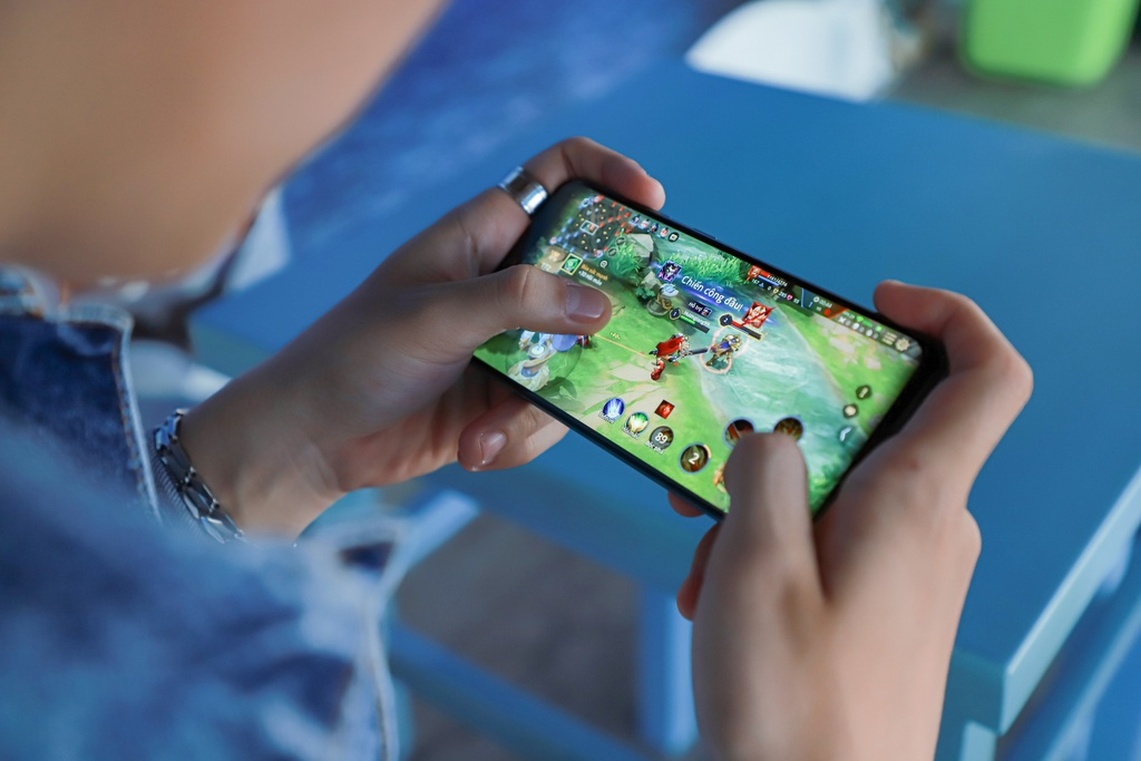 Smartphone choi game Galaxy A50s anh 3