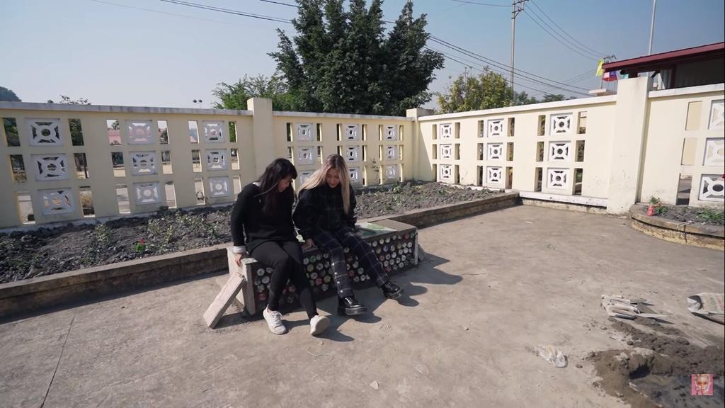 Quynh Anh Shyn tung vlog kham pha Dong Thap va Ha Long hinh anh 6 Hinh_video_ghe_da_lam_tu_gach_nhua.jpg