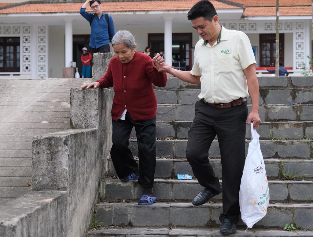 Hang nghin nguoi dan 9 tinh mien Trung nhan qua Tet y nghia hinh anh 1 1_2.JPG