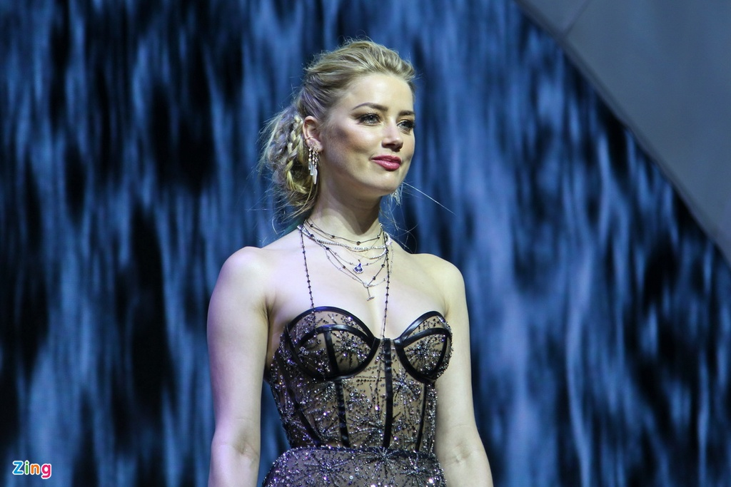 Amber Heard dien vay xuyen thau khi ra mat 'Aquaman' tai Philippines hinh anh 2
