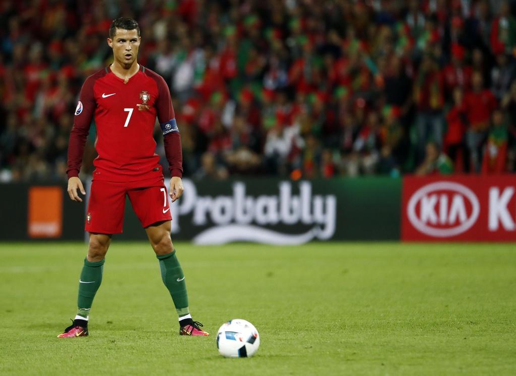 Ronaldo bat luc nhin Iceland an mung nhu vo dich Euro hinh anh 1