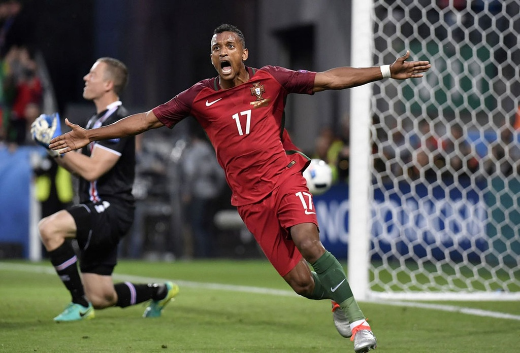Ronaldo bat luc nhin Iceland an mung nhu vo dich Euro hinh anh 11