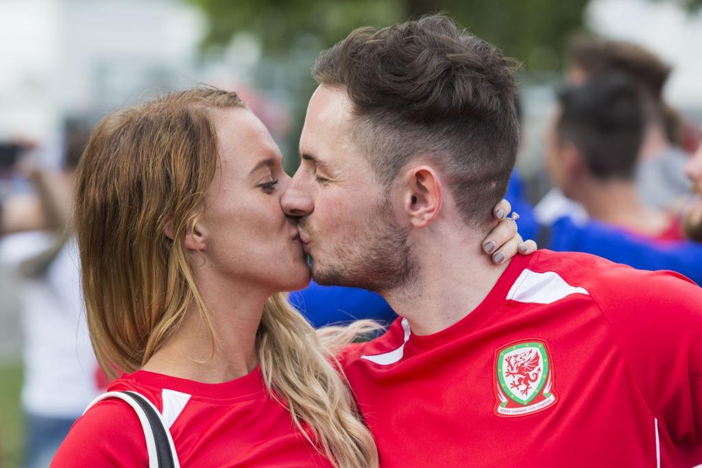 Muon kieu nu hon tai Euro 2016 hinh anh 13