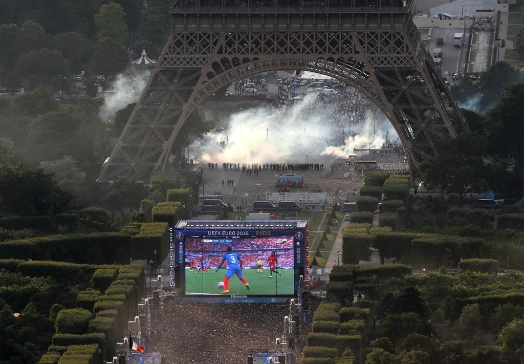 Bao loan tai Paris sau khi Phap that bai o chung ket Euro hinh anh 14