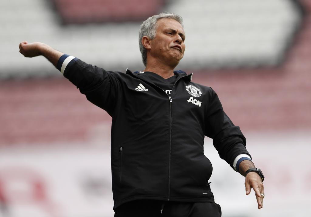 Mourinho cang thang trong tran ra mat MU hinh anh 8