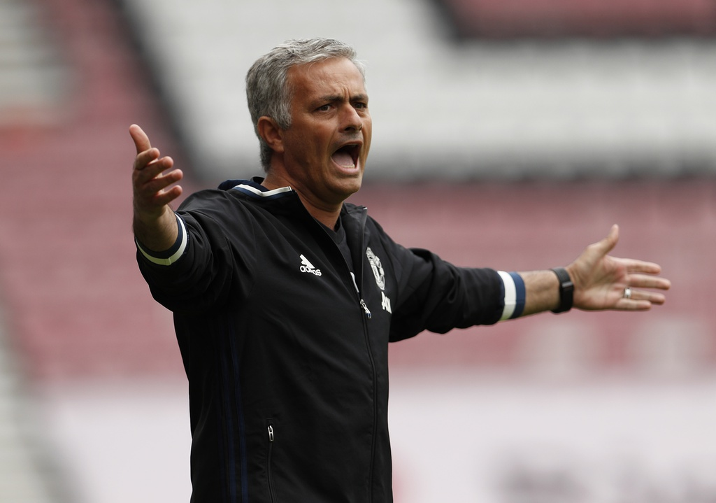 Mourinho cang thang trong tran ra mat MU hinh anh 7