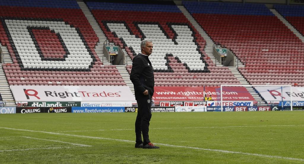 Mourinho cang thang trong tran ra mat MU hinh anh 4