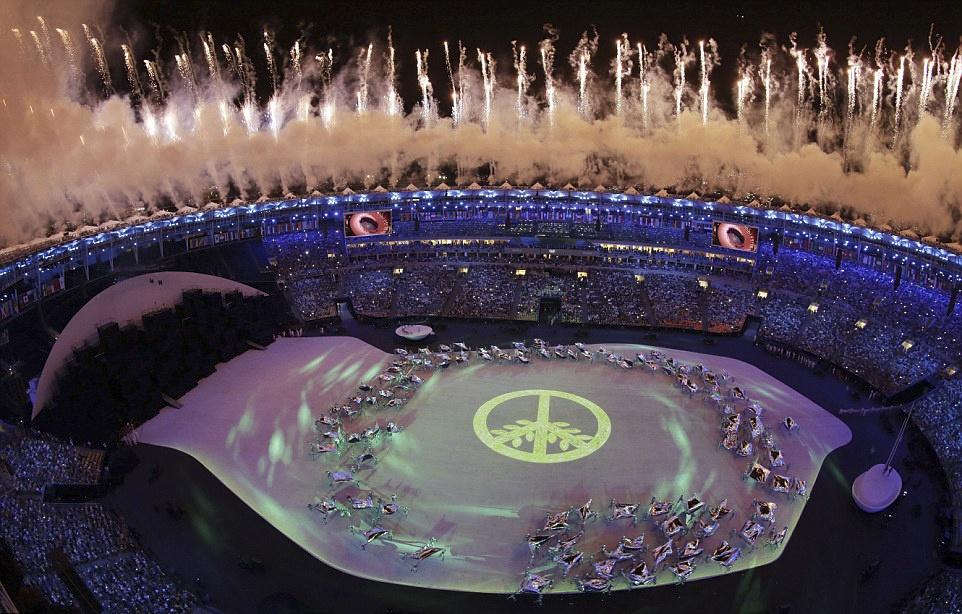 Phao hoa, ky xao anh sang ruc ro dem khai mac Olympics Rio hinh anh 18