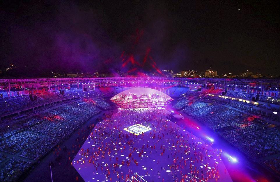 Phao hoa, ky xao anh sang ruc ro dem khai mac Olympics Rio hinh anh 5