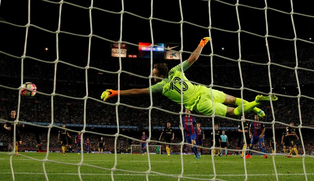 Messi chan thuong, Barca de Atletico cam hoa tai Nou Camp hinh anh 14