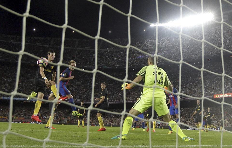 Messi chan thuong, Barca de Atletico cam hoa tai Nou Camp hinh anh 4