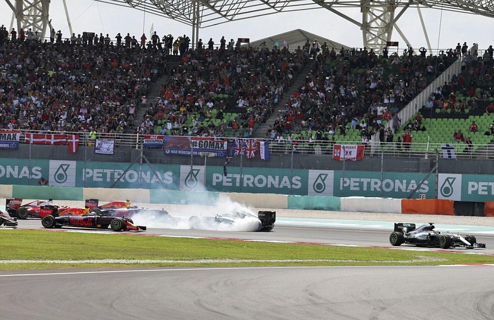 Xe boc chay khien Hamilton bo cuoc tai Malaysian GP hinh anh 10