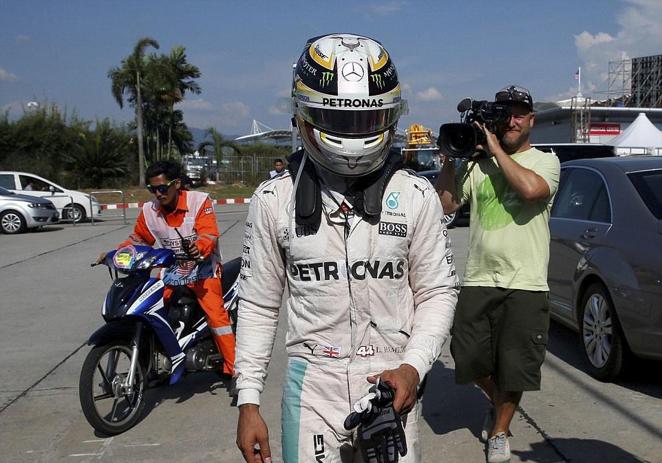 Xe boc chay khien Hamilton bo cuoc tai Malaysian GP hinh anh 6