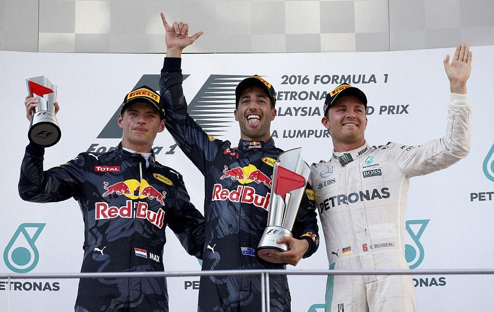 Xe boc chay khien Hamilton bo cuoc tai Malaysian GP hinh anh 7