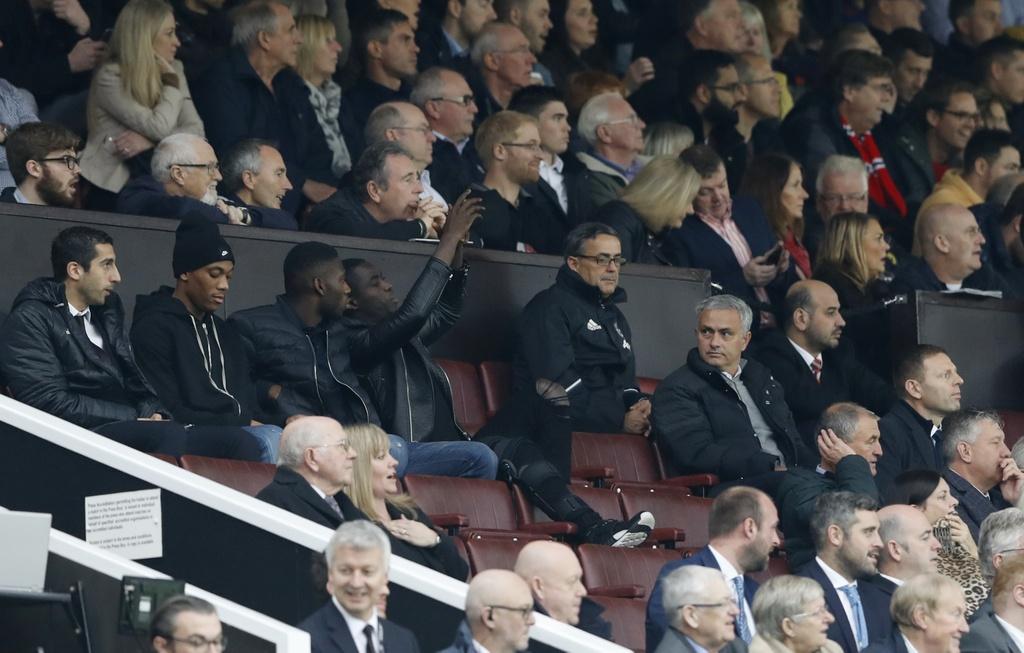 Mourinho ngan cam hoc tro chup anh hinh anh 2