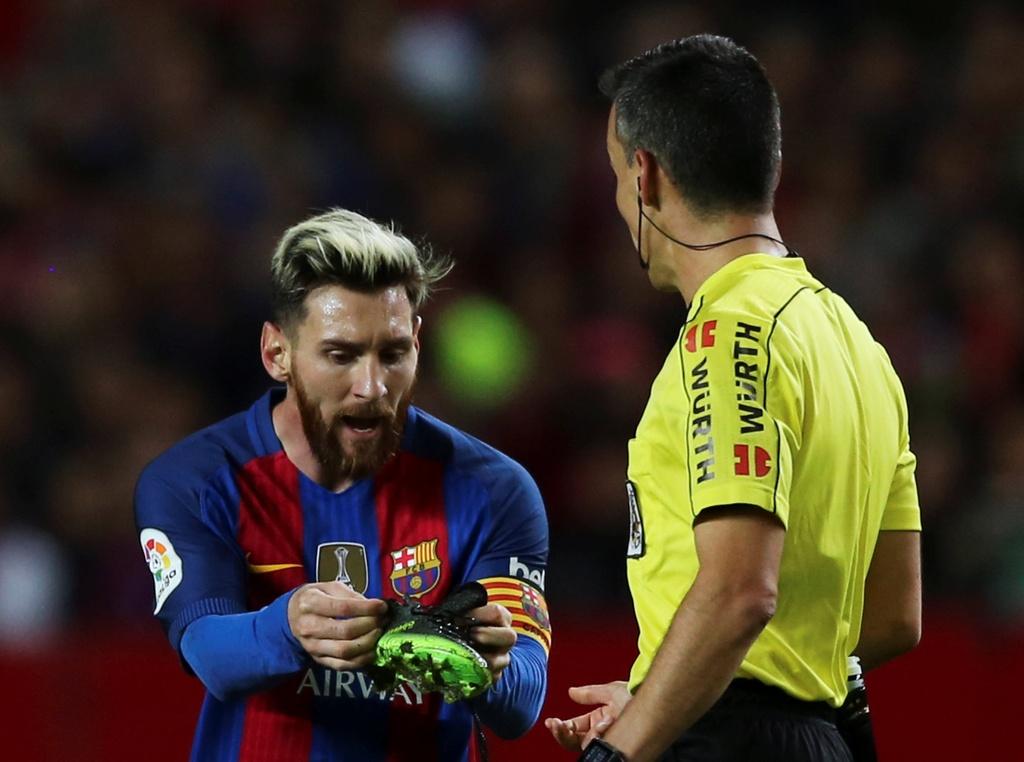 Messi noi gian nem giay vi the phat khong dang co hinh anh 3
