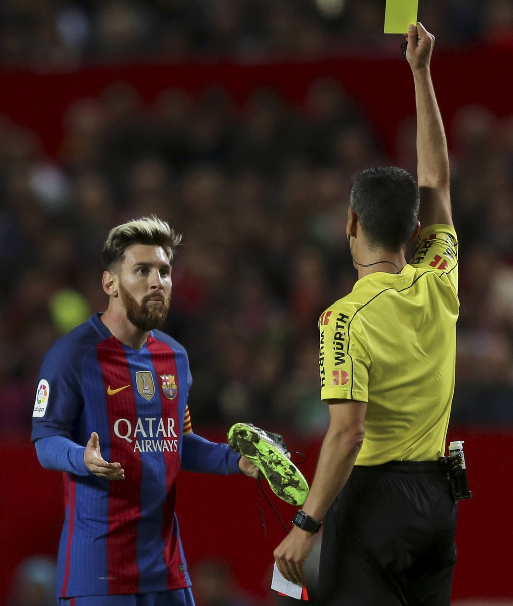 Messi noi gian nem giay vi the phat khong dang co hinh anh 4