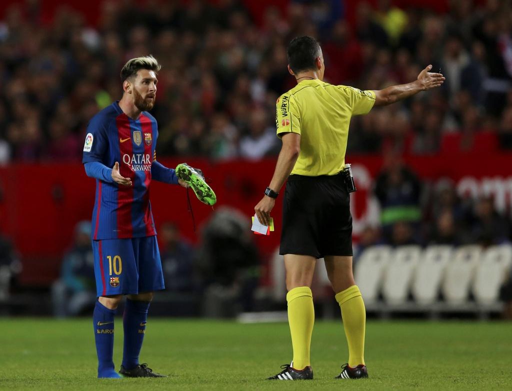 Messi noi gian nem giay vi the phat khong dang co hinh anh 5