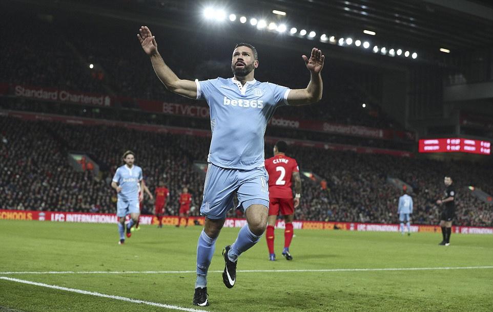 Liverpool nguoc dong thang dam Stoke anh 4