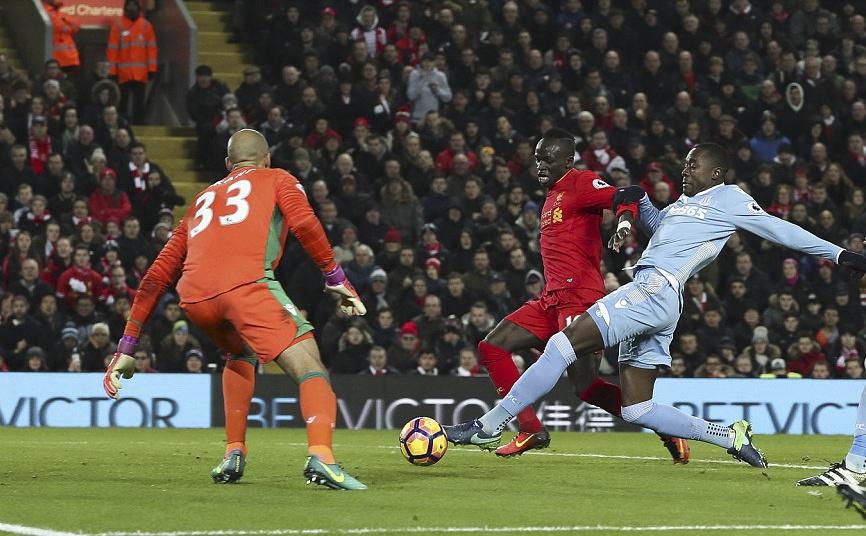 Liverpool nguoc dong thang dam Stoke City hinh anh 9