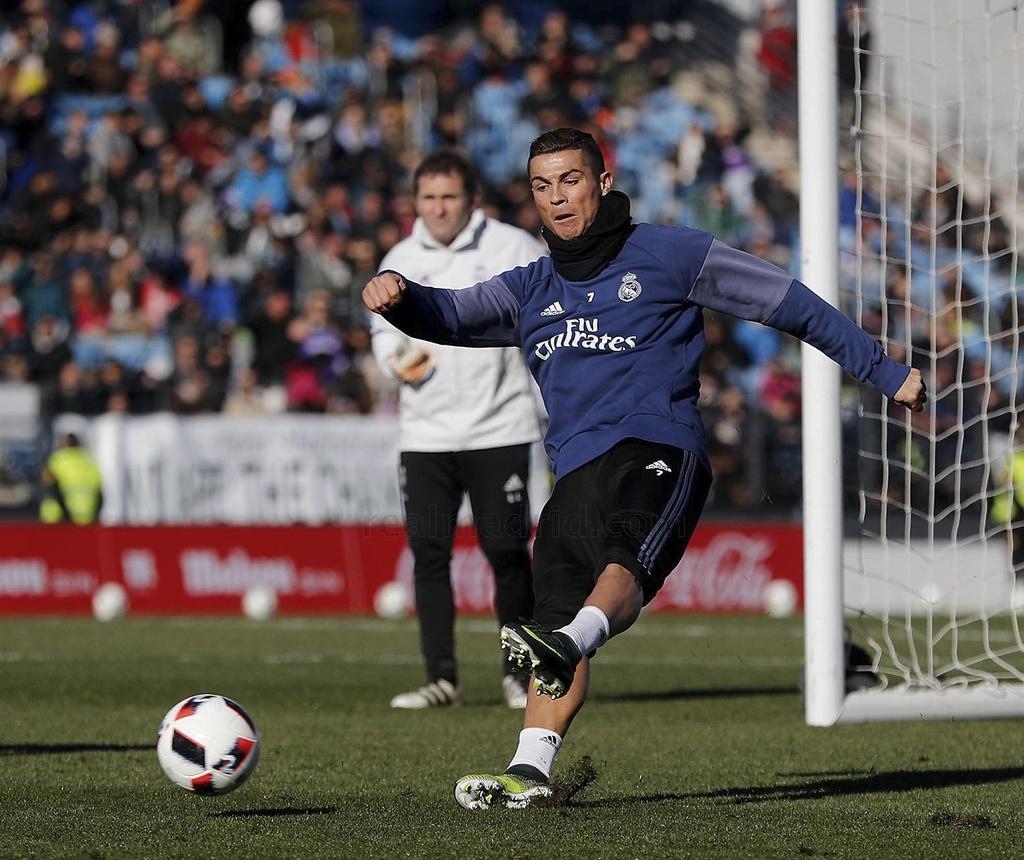 Ronaldo va dong doi tao dang vui nhon tren san tap hinh anh 3