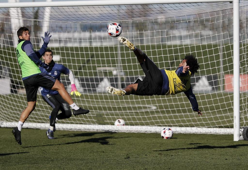Ronaldo va dong doi tao dang vui nhon tren san tap hinh anh 9
