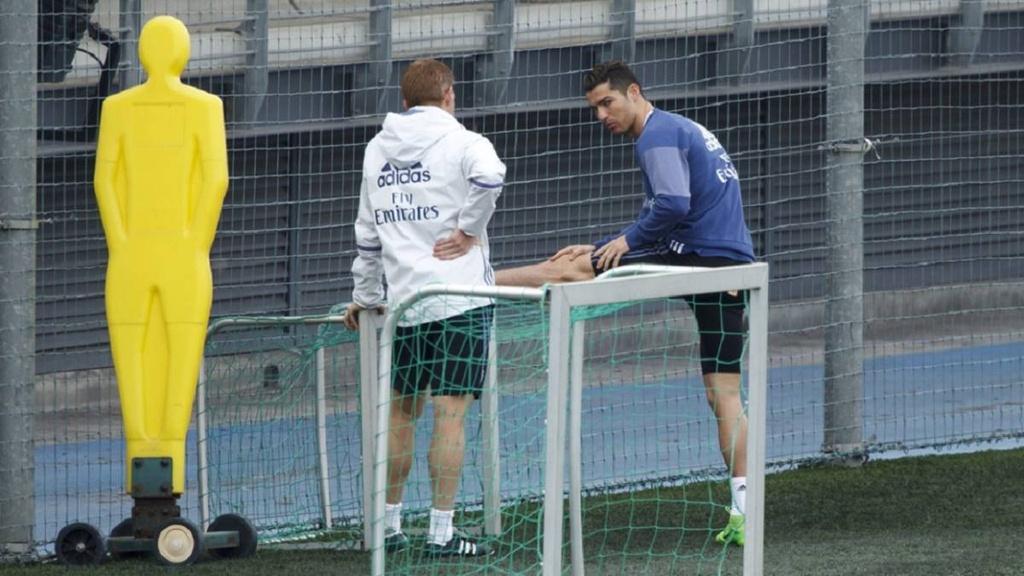 Ronaldo phai tap mot minh sau tran hoa that vong hinh anh 4