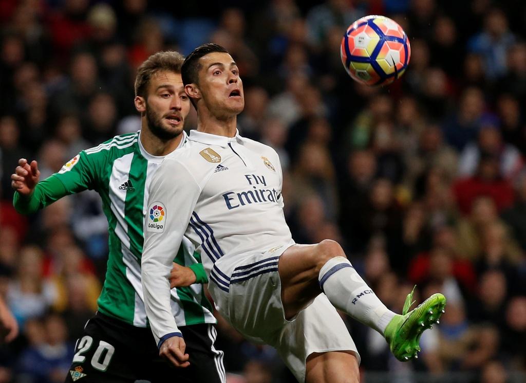 Ronaldo lap ky luc, Real doi lai ngoi dau tu tay Barca hinh anh 2