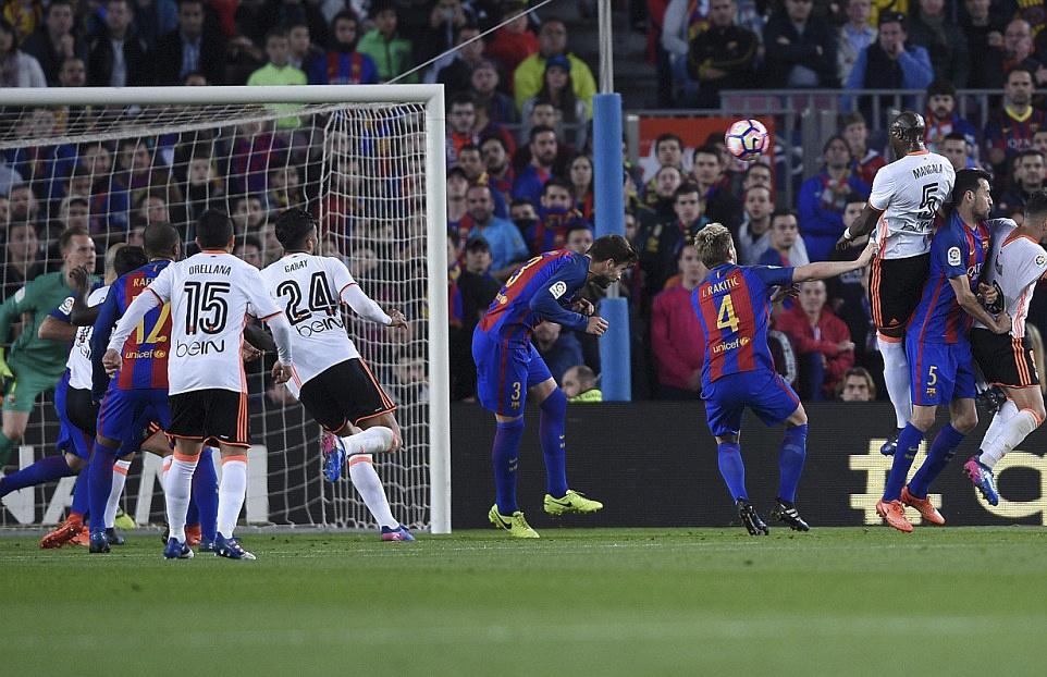 Barca nguoc dong thang Valencia 4-2 anh 3